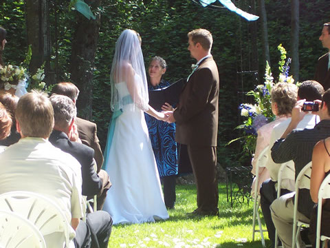 nevada city ca hotel wedding bride and groom in lawn